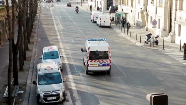 vídeos y material grabado en eventos de stock de coche de policía en parís - francia