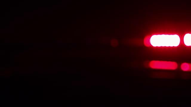 vídeos y material grabado en eventos de stock de policía coche luces, rojo, azul, en la noche - stop sign