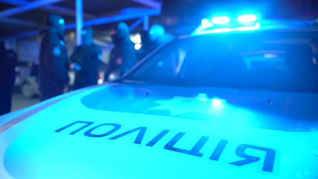 vídeos de stock, filmes e b-roll de carro da polícia com luzes de sinal - ucrânia