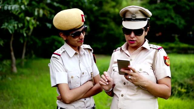 Discussão policial sobre algo usando smartphone - vídeo