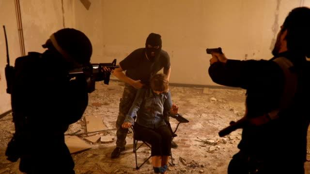 vidéos et rushes de police en otage - mitrailleuse