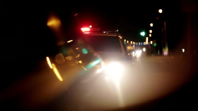 polisen lampor blinkar i side visa spegel av bil - aktivitet bildbanksvideor och videomaterial från bakom kulisserna