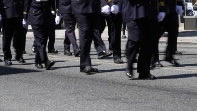 policja maszerować parada hd - uniform filmów i materiałów b-roll