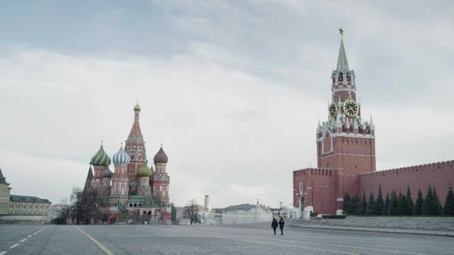 poliser går på röda torget i moskva stängd för karantän - röda torget bildbanksvideor och videomaterial från bakom kulisserna