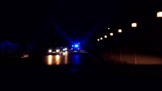 Polizei Streifenwagen fährt mit Notleuchten blinkt – Video