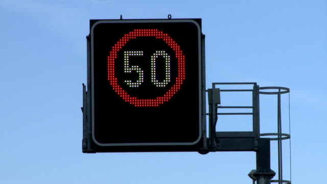 stockvideo's en b-roll-footage met police speed camera radar - maximumsnelheid bord