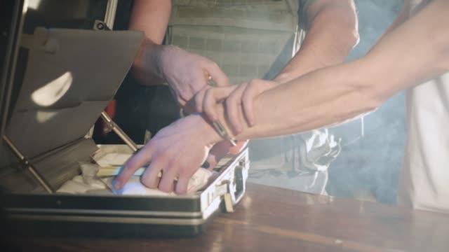 polizisten sind aufsetzen eines drogendealers handschellen. - strafstoß oder strafwurf stock-videos und b-roll-filmmaterial