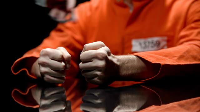 polismannen låsning handfängsel, fånge återvänder till fängelse efter möte med advokaten - kriminell bildbanksvideor och videomaterial från bakom kulisserna