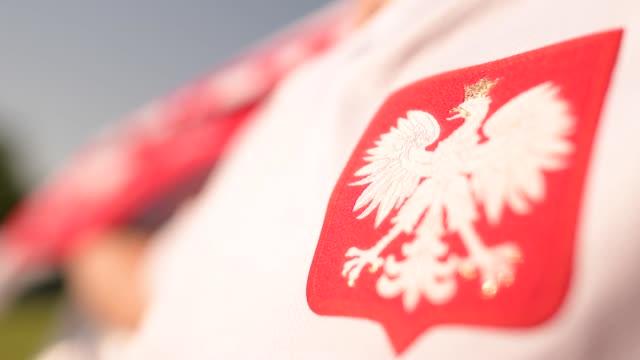 vídeos y material grabado en eventos de stock de símbolo nacional polaco. águila blanca en la camiseta de jugador de fútbol. - polonia