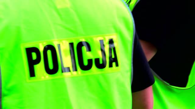 polnische polizei auf straße in der stadt - polnische kultur stock-videos und b-roll-filmmaterial