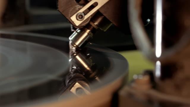 otomatik makine tarafından büyük bir elmas parlatma - elmas stok videoları ve detay görüntü çekimi