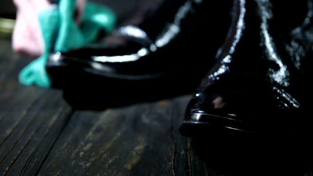 polishing shoes - lucidare video stock e b–roll