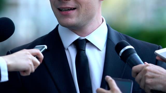 politikar som kommenterar på val aktion, journalister med bandspelare - paper mass bildbanksvideor och videomaterial från bakom kulisserna