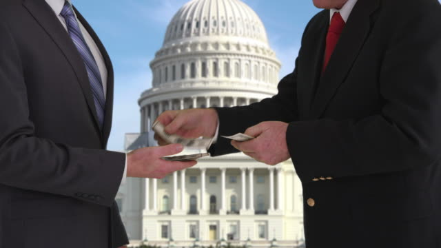 Homme politique pour pot-de-vin en face du bâtiment du Capitole des États-Unis - Vidéo