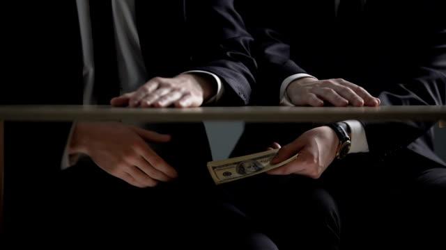 オフィス テーブルの下で賄賂政治家手の利益のロビー活動 - 腐敗点の映像素材/bロール