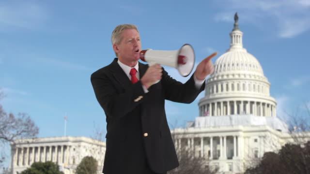 Homme politique avec porte-voix devant du Capitole des États-Unis - Vidéo