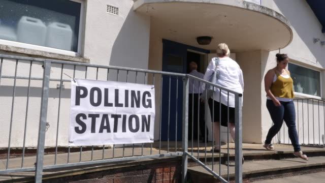 4k: polling station zeichen / banner vor ort für wahlen stimmen - politische wahl stock-videos und b-roll-filmmaterial