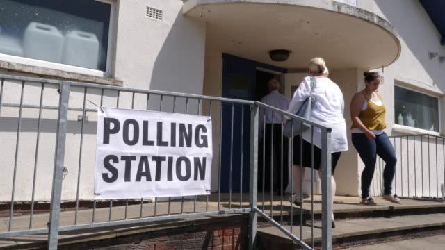 4 k: ポーリング駅看板/バナー - ワイド ショットの選挙で投票に行く人 - 民主主義点の映像素材/bロール