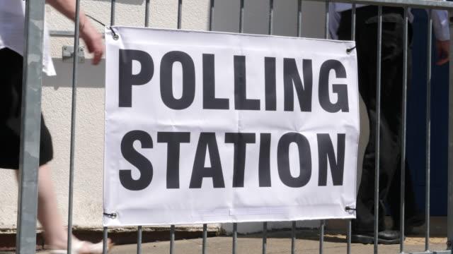 4 k: ポーリング駅看板/バナー - 選挙で投票する人 - 選挙点の映像素材/bロール