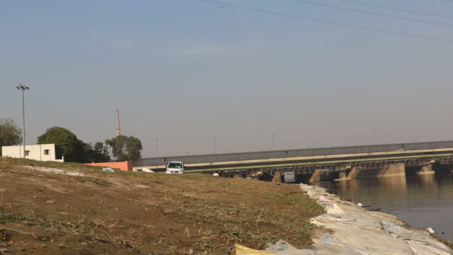 pollution in yamuna river - ghat filmów i materiałów b-roll