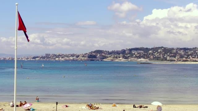verschmutzung, rote fahne, schwimmen verboten am strand von marseille. video 4k - ein bad nehmen stock-videos und b-roll-filmmaterial