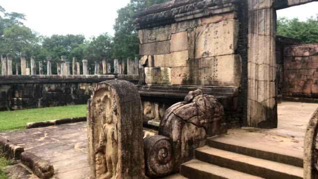 vídeos de stock e filmes b-roll de polonnaruwa - the ruins of an ancient temple, traces of an ancient highly developed civilization - sri lanka