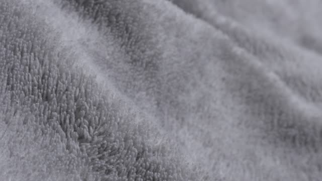 polyester silver fleece polar tyg varma material textur 4k 2160p 30fps ultrahd vippande footage - långsam tilt över silver syntetiska fibrer av polar filt närbild 4k 3840 x 2160 uhd video - päls textil bildbanksvideor och videomaterial från bakom kulisserna