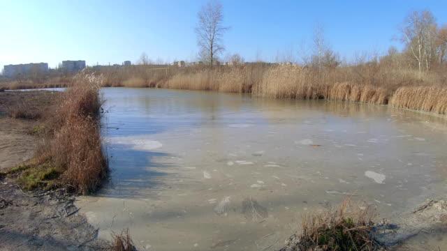 vídeos de stock e filmes b-roll de pond for sludge with ash - cinza