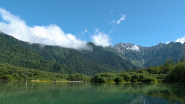 長野県松本、上高地の大正池 - 山点の映像素材/bロール