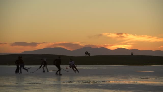 pond skating at sunset, steveston, bc. 4k. uhd - пруд стоковые видео и кадры b-roll