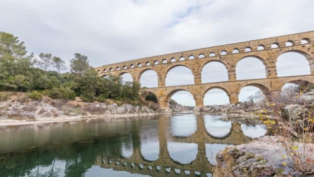 stockvideo's en b-roll-footage met pont du gard - oud romeins aquaduct in zuid-frankrijk (panoramische time lapse video) - pont du gard