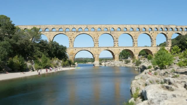 stockvideo's en b-roll-footage met pont du gard frankrijk landschap beroemde antieke romeinse brug mijlpaal over gardon rivier 4k timelapse beelden - pont du gard