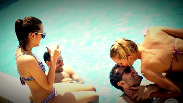 プールサイドでのパーティのます。 ビデオ