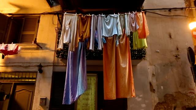 ナポリ貧しい犯罪地区、ぼろぼろの古い家のバルコニーで乾燥機 - イタリア料理点の映像素材/bロール