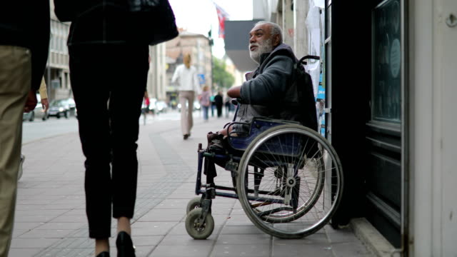 poor disabled man asked money on street - pedone ruolo dell'uomo video stock e b–roll