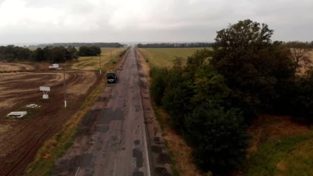 strada e camion rurali poveri - ucraina video stock e b–roll