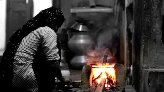 poor women preparing food - биомасса возобновляемая энергия стоковые видео и кадры b-roll
