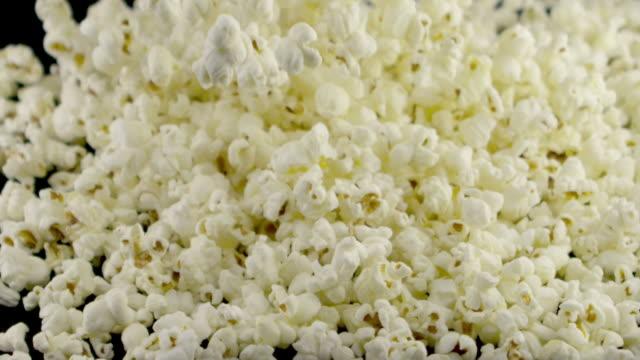stockvideo's en b-roll-footage met popcorn vallen in slow motion - popcorn