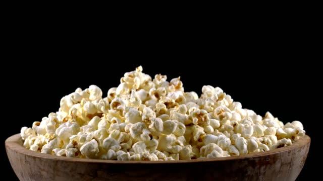 stockvideo's en b-roll-footage met popcorn in een houten kom draait - popcorn