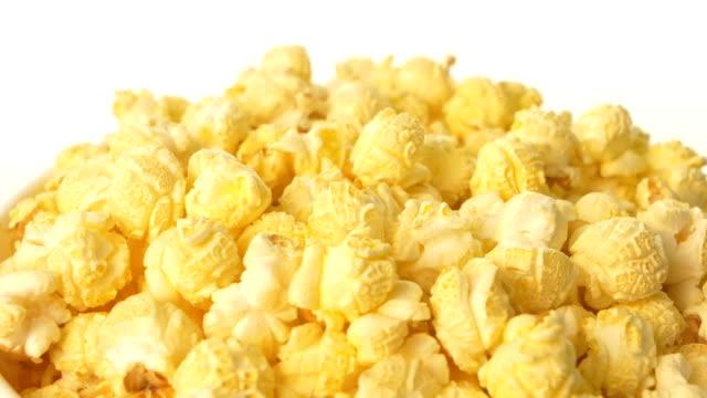 vídeos de stock, filmes e b-roll de pipoca em caixa no branco, close up - balde pipoca