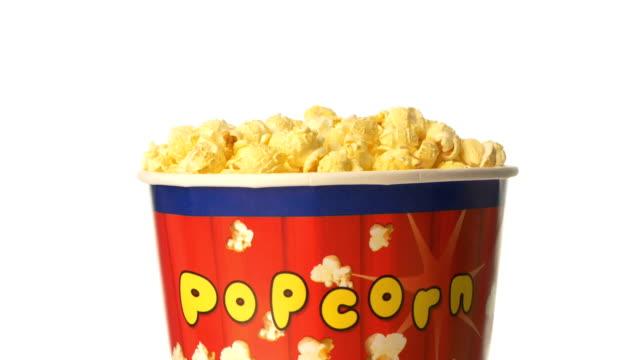 vídeos de stock, filmes e b-roll de pipoca na caixa no branco, rotação - balde pipoca