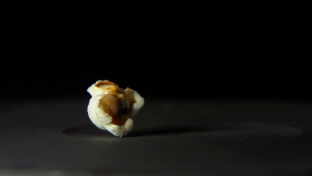 stockvideo's en b-roll-footage met slow-macro: popcorn is geopend - popcorn