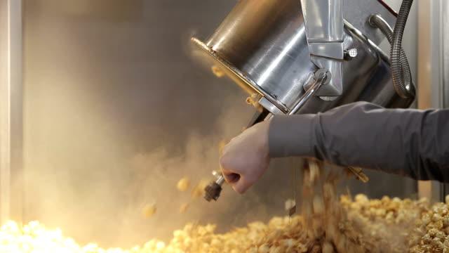 vídeos de stock, filmes e b-roll de máquina de pipoca no cinema - balde pipoca