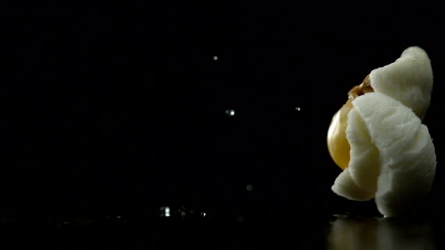 stockvideo's en b-roll-footage met popcorn popping, slow motion - popcorn
