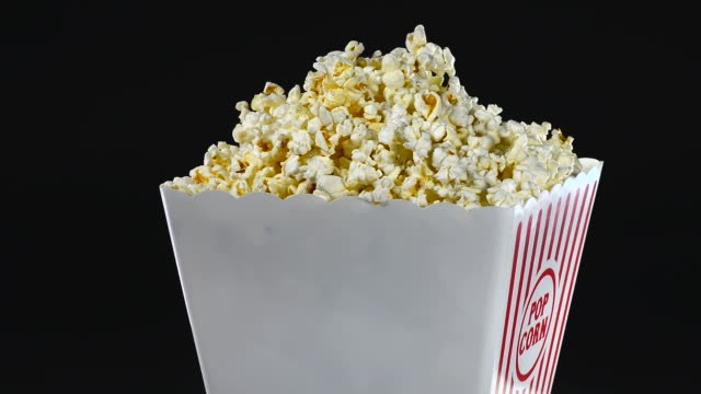 vídeos de stock, filmes e b-roll de pipoca - balde pipoca