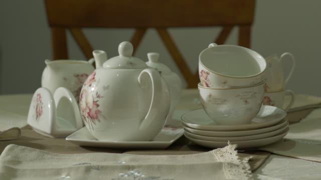set da tè antico in porcellana - teiera video stock e b–roll