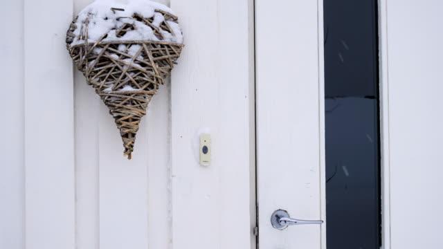 stockvideo's en b-roll-footage met veranda van witte houten scandinavische huis met huis decoraties tijdens de harde sneeuw - christmas tree