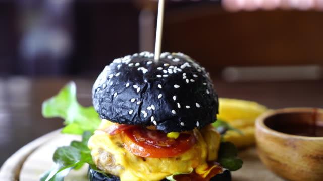 vídeos y material grabado en eventos de stock de carne de cerdo y queso hamburguesa del carbón de leña - hamburguesa