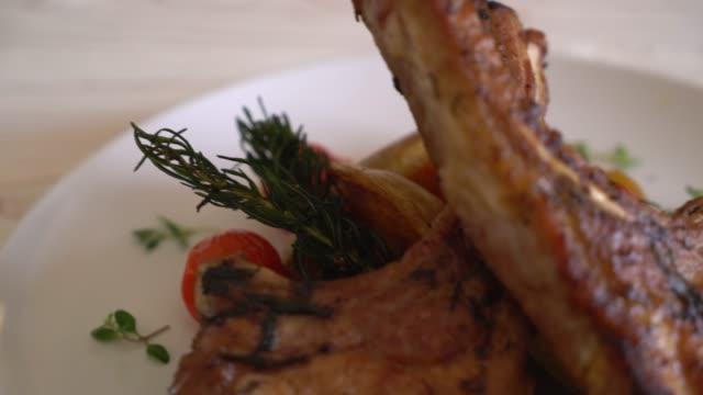 schweinekotelett steak - saftig stock-videos und b-roll-filmmaterial