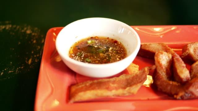 vidéos et rushes de cuisine thaï de porc grill - apprivoisé